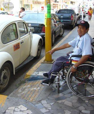 Siguen sin respetarse los espacios para discapacitados for Rampa de discapacitados