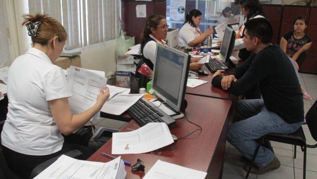 Anuncia Hacienda aumento de sueldo extra a burócratas de base